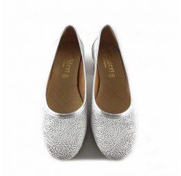 443474f2e21 ... Zapatos de salón de tacón bajo D´Chicas picados blanco con plata 4320