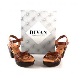 Sandalias de tacón D'Ivan cuero picado con planta de gel