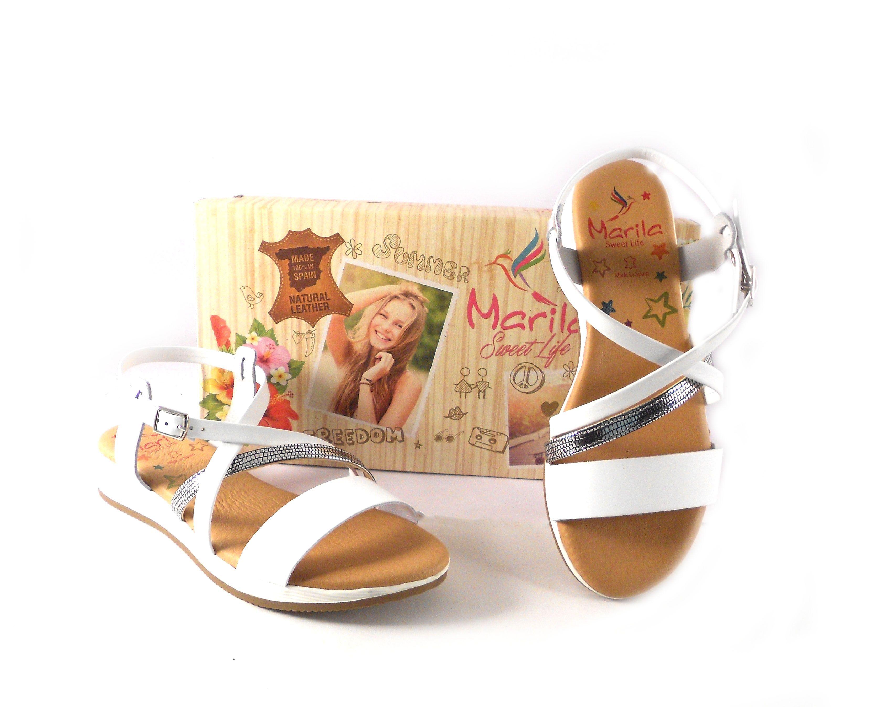 5664adcde11 Sandalias planas de tiras Marila Shoes blancas y plata