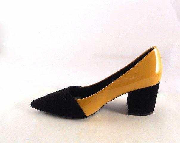159ab8790db Zapatos de salón en piel negros con charol mostaza Gabriela Moll