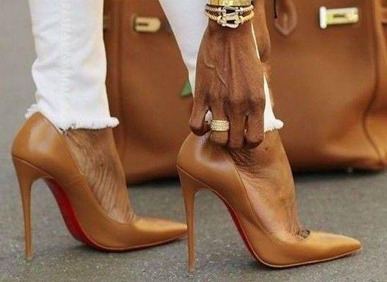 ¿Debería tu bolso coincidir con tus zapatos?